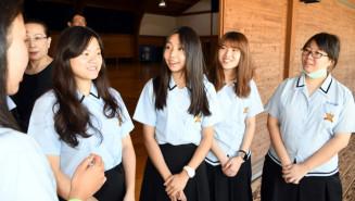 水沢一高の生徒と交流する台北市からの女子留学生たち