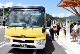 幹線部と支線部に分けたバス運行が始まり「市北部コミュニティーバス」に乗り込む住民
