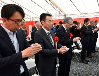 神事を行い、工事の無事を祈る加藤久誠社長(左から3人目)ら