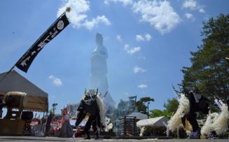 釜石大観音の足元で、火を囲んで舞う小川しし踊り保存会
