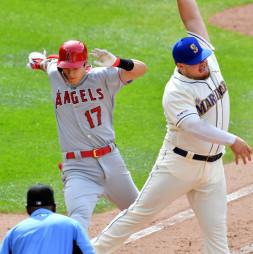 マリナーズ戦の9回、ゴロを放ち一塁に駆け込むエンゼルス・大谷翔平(左)。三塁手の送球がそれ、出塁した=シアトル(報道部・菊池範正撮影)