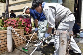 ブラシで入念に磨いて汚れを落とす参加者たち
