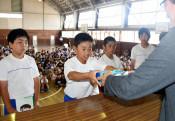 雄星、県内500校に本寄贈 夢に挑む大切さ伝える