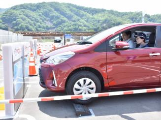 自動車販売店員の説明を受けながら自動ブレーキなどを体験する参加者
