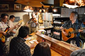 常連客らに応援ソングを披露するカントリー・ライスのメンバー