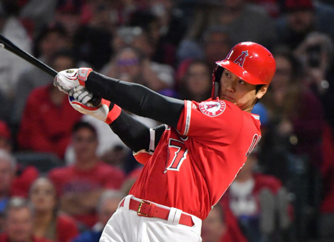 4回裏 大谷翔平が中越え3点本塁打を放ち、8―7と逆転する
