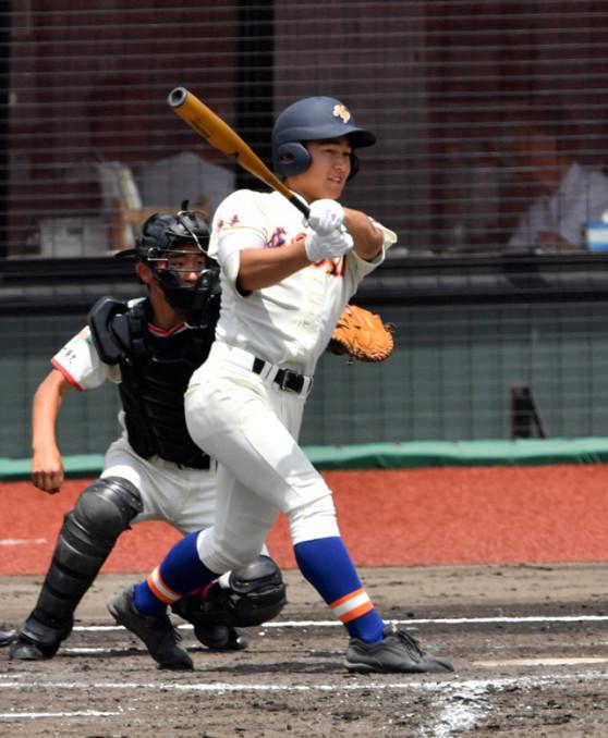 日大東北-盛岡大付 3回裏盛岡大付無死一塁、松本が右越え適時三塁打を放ち、3-0とリードを広げる。捕手弓田=きらやか