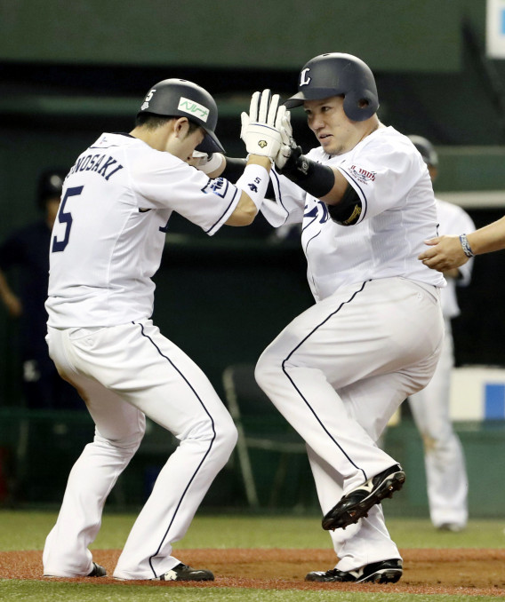 3回、2ランを放ち、一走外崎(左)とタッチを交わす西武・山川穂高=メットライフドーム