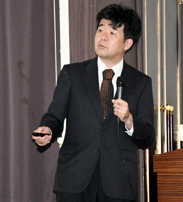 ILCのコスト削減策について解説する道園真一郎教授