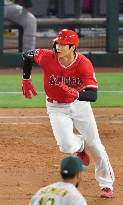 アスレチックス戦の4回、カルフーンの安打で二塁に向かうエンゼルス・大谷翔平=アナハイム(報道部・菊池範正撮影)