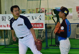 投球フォームを指導する杉浦正則さん(左)
