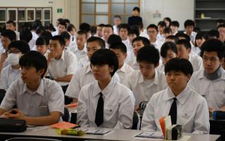 出前授業を熱心に聞く福岡高1年生