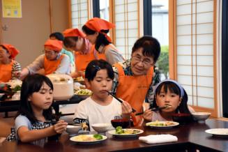 メンバーが手作りした食事を味わう子どもたち