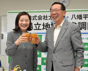 太極舎とクラフトビール醸造所立地に関する協定を結び、同社産のビールで乾杯して事業の成功、発展を願う岡部泉社長(左)と田村正彦市長