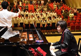 越喜来中の校歌をピアノ伴奏する西村元希さん