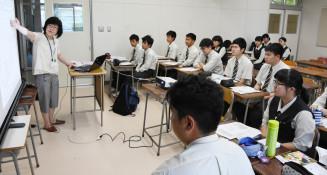 高橋恵課長補佐(左)から多様性社会などの説明を受け条例解説書のイメージを膨らませる部員