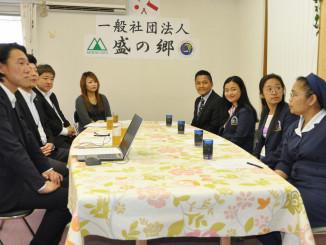 「盛の郷」事務局員らと視察で懇談するインドネシアの関係者(右)