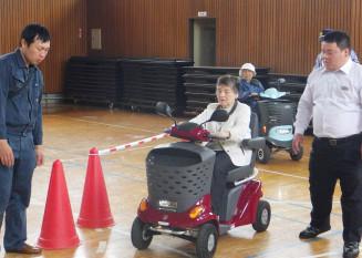 慎重にシニアカーを運転するお年寄りたち