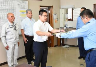 奥野淳署長から感謝状を受け取る佐々木祐希さんと(左から)寺林祐一さん、藤田直樹さん