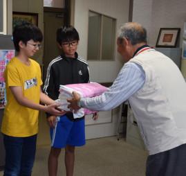雑巾を受け取る(左から)田中優翔君と遠藤斗真君