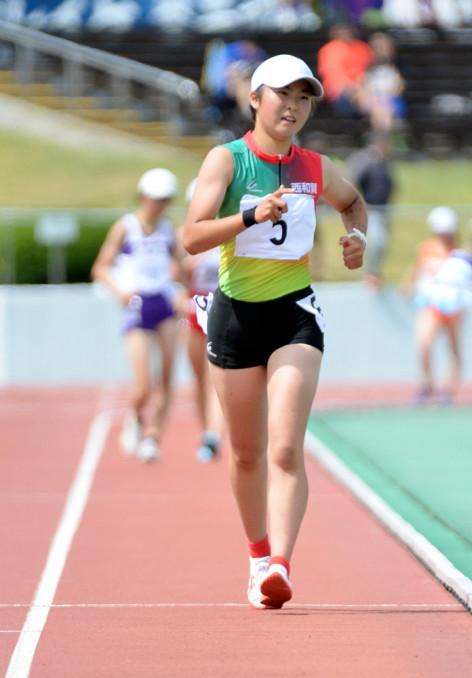 女子5000メートル競歩決勝 序盤に抜け出し、25分36秒56で優勝した掃部春菜(西和賀)=秋田市・秋田県営陸上競技場