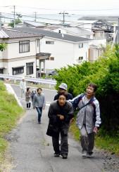 津波避難訓練で高台へ逃げる地域住民