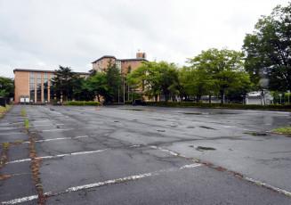 北上市教委が和賀地区の認定こども園設置場所に定めた市役所和賀庁舎(奥)北側駐車場