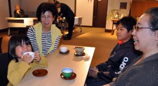 盛岡生まれの新茶に笑顔を見せる藤村依未ちゃん(左)