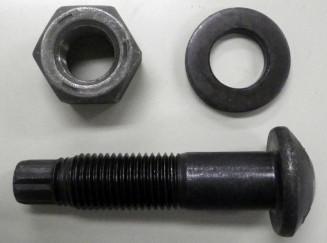 全国的に入手困難な高力ボルト(下)。長さ10センチ程度が一般的で、ナット(左上)と座金(右上)を組み合わせて使う(国土交通省提供)