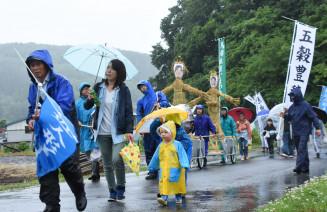 豊作や悪病退散を祈って地域を練り歩く虫追い・人形まつりの参加者