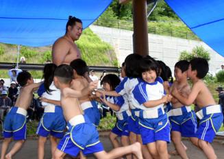 和蔵山さん(左奥)に一斉に挑む児童