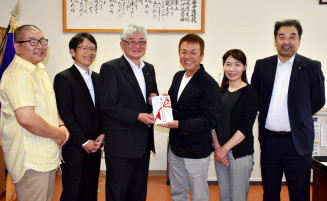 吉田祥校長に寄付金を手渡す佐々木淳会長(右から3人目)