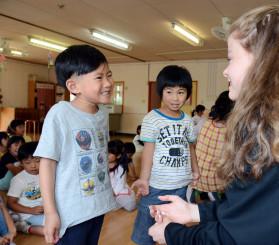 ラットランド市の生徒と交流する園児