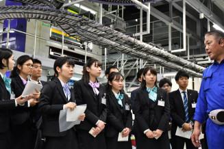 新聞の印刷工程について説明を受ける岩手銀行の新入行員