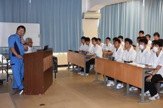 生徒の前で仕事内容について説明する及川渓佑さん