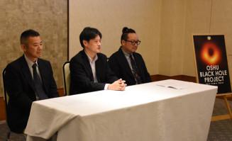 ブラックホールをテーマにした菓子開発について説明する千葉亮組合長(左)、本間希樹所長(中央)ら