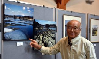 展示作品を眺めて故吉田精美さんとの思い出を振り返る原子内貢さん