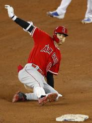 ブルージェイズ戦の6回、左翼への二塁打を放ち滑り込むエンゼルス・大谷翔平=トロント(共同)