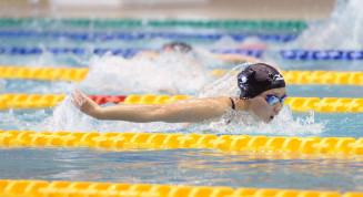 女子200メートルバタフライタイム決勝 後続を大きく離して優勝した中島千咲代(盛岡北)。400メートル自由形と合わせて2冠を達成した=盛岡市立総合プール