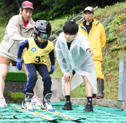 助走路での練習で佐藤幸椰選手(手前右)から指導を受ける参加者
