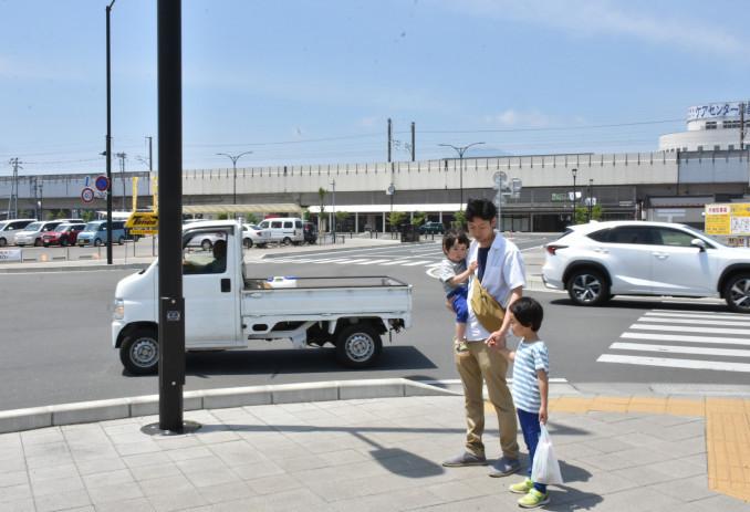 車が行き交うJR矢幅駅東口前の交差点。小さな子ども連れの親子も多く歩く