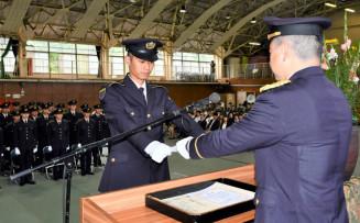野口紀幸司令から修了証書を受け取る加藤拓斗さん(中央)