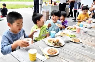 町産食材を使ったオランダ伝統料理を頬張る子どもたち