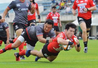 釜石SW-キヤノン 前半27分、釜石SWのSH南篤志(手前右)が右中間にトライを決め5-17と追い上げる=盛岡市・いわぎんスタジアム