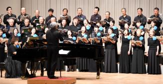 「水のいのち」を合唱する現役団員とOB、OG、有志
