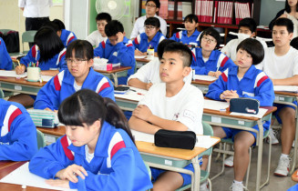 記者の講話を聞きながら、働くことの意義を考える江刺東中の生徒たち