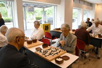 岩手教育会館1階のふれあいギャラリーで始まった「囲碁の集い」。囲碁の楽しさを道行く人にアピールする