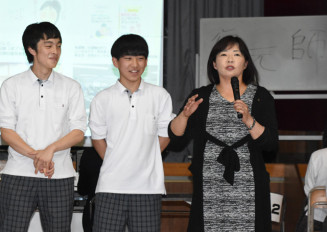 復元ボランティアの経験を語る笹原留似子さん(右)