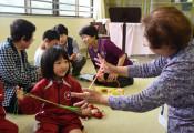 楽しい昔遊び、祖父母が先生 陸前高田・竹駒小「学ぶ会」