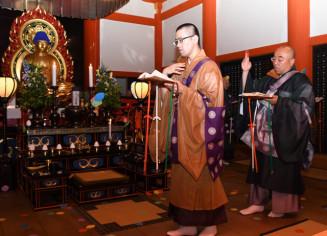 法要で祈りをささげる僧侶